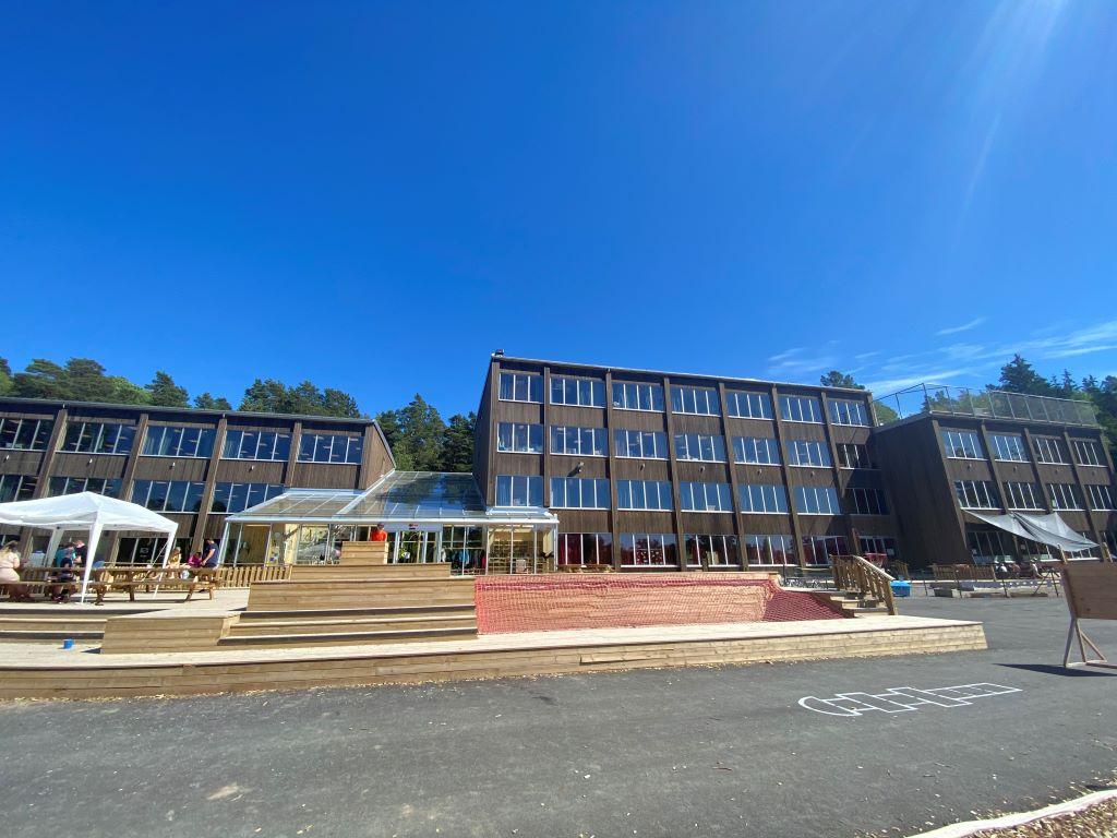 Skola och trädäck juni 2021